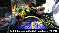 Церемония возложения цветов к памятнику Ахмет-Хана Султана
