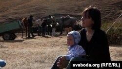 Кацярына Кібальчыч з сынам Янкам падчас здыманьня фільму «Кроў з малаком» у Кіргізстане.