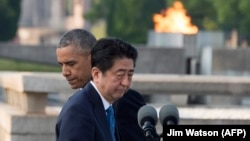 Президент США Барак Обама (слева) и премьер-министр Японии Синдзо Абэ в Хиросиме, май 2016 года.