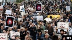 Демонстрация в Тегерена против казни в Саудовской Аравии шиитского проповедника Нимра ан-Нимра. 8 января 2016 года.