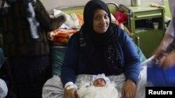 Женщина с ребенком в родильном доме в Герате.