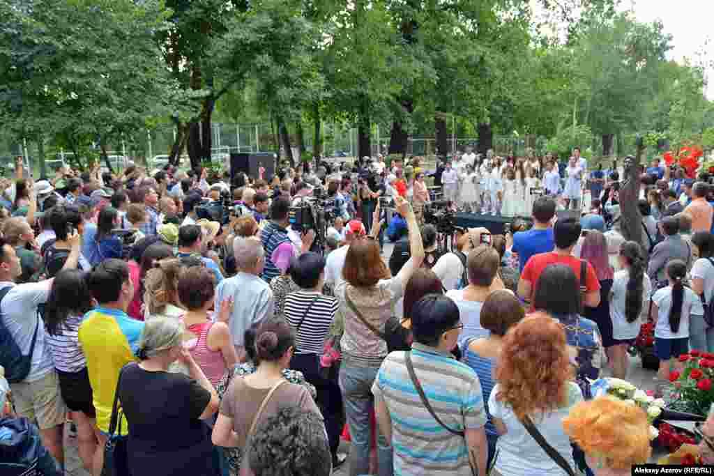 Люди, пришедшие на открытие памятника. Алматы, 22 июня 2019 года.