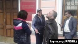 Aqmescitniñ Merkeziy rayon mahkemesi qarşısında, 11 aprel 2017 senesi