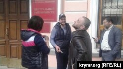 Перед будівлею Центрального районного суду Сімферополя, 11 квітня 2017 року