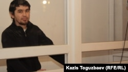 Обвиненный в причастности к терроризму Саян Хайров в день оглашения приговора по его делу. Алматы, 7 ноября 2013 года.