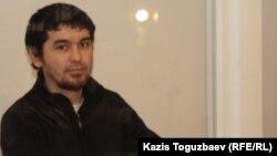 Саян Хайров, обвиняемый в терроризме, в день оглашения приговора по его делу. Алматы, 7 ноября 2013 года.