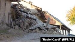 Një shtëpi e shkatërruar nga tërmeti në fshatin Vakhdat në Taxhikistan