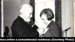 ianuarie, 1979: Ștefan Voitec o decorează pe Elena Ceauşescu, membru CPEx al C.C. al P.C.R., pentru activitate îndelungată în mişcarea muncitorească revoluţionară. Sursa: Fototeca online a comunismului românesc; cota:1/1979