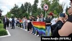 Ispred Ambasade SAD u Beogradu