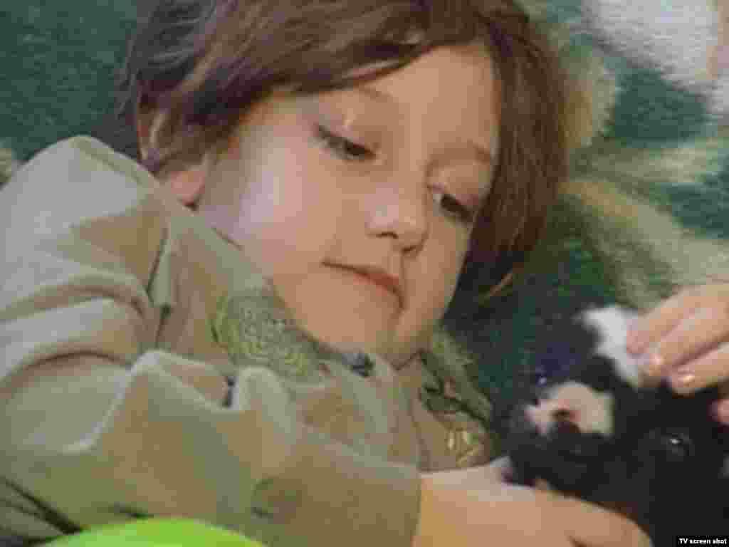 Azemina je jedino dijete u Brgulama, planinskom selu u blizini Vareša, jedini učenik u školi. Nikada nije vidjela niti se igrala sa nekim svojih godina, a dječije igre i igračke za sada su samo njen neostvareni san.