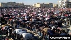 موصليون يؤدون صلاة الجمعة