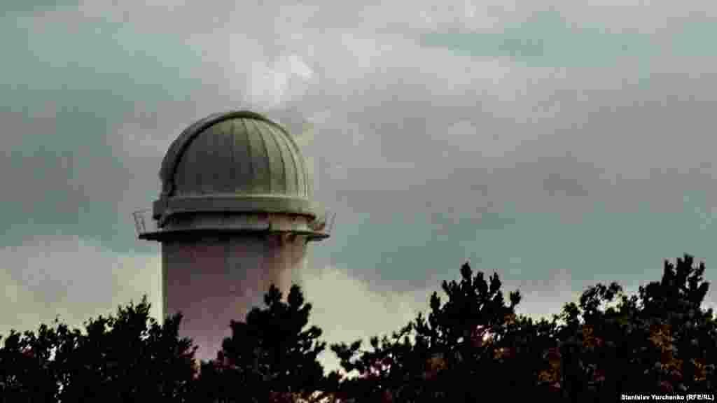 Башенный солнечный телескоп 1 (БСТ-1) в поселке Научный. Его построили в 1955 году и тогда его высота составляла 13 метров. А после реконструкции в 1973 году телескоп «вырос» до 25 метров