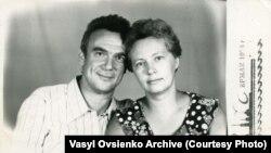 Михайло Хейфец із дружиною Раїсою, яка з побачення у таборі «вивезла», запам'ятавши, кілька поезій Стуса