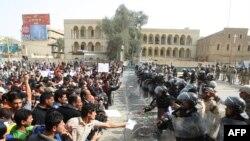 قوات مكافحة الشغب العراقية تواجه محتجين في تظاهرة ببغداد