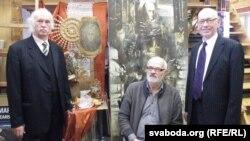 Мікола Купава, Аляксей Марачкін і Мечыслаў Бурак на фоне партрэта Зянона Пазьняка