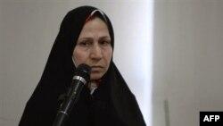 اعظم تاجيک مادر احسن منصوری می گوید که «پسر او در زندان اوين و در سلول انفرادی نگه شده است.