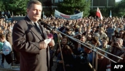 """Лидер """"Солидарности"""" Лех Валенса выступает на митинге по случаю подписания соглашения в Гданьске. 31 августа 1989 года."""