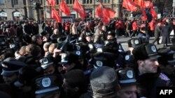 Минулого року міліція захистила від націоналістів марш комуністів Хрещатиком, хоча він був прямо заборонений судом, фото 7 листопада 2011 року