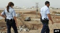 مأموران پلیس اسرائیل در حال بررسی منطقه مورد اصابت راکت