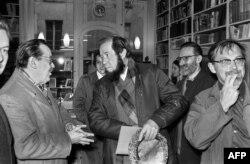 """Изгнанный советский писатель-диссидент Александр Солженицын в """"ИМКА-Пресс"""", 1975 год"""