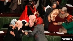 Депутаты Национальной ассамблеи поздравляют друг друга с принятием новой Конституции. 26 января 2014 года.