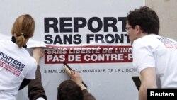 """Serhetsiz Reportýorlar"" guramasynyň aktiwistleri, Pariž"