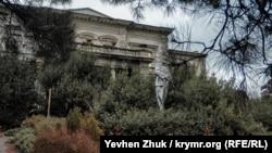 В центре клумбы перед главным фасадом дворца Мордвинова установлен памятник Ленину