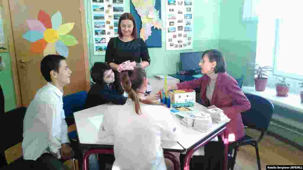 Corina Fusu alături de elevii liceului