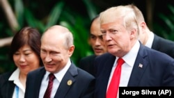 Дональд Трамп (справа) и Владимир Путин (слева) на саммите АТЭС во вьетнамском Дананге, 11 ноября 2017 года