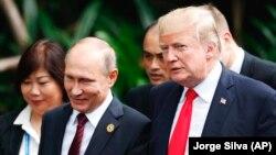 Президенты России и США Владимир Путин и Дональд Трамп. 11 ноября 2017 года.