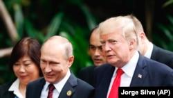 Президент США Дональд Трамп (справа) и президент России Владимир Путин на саммите АТЭС в Дананге (Вьетнам). 11 ноября 2017 года.