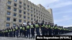 Hökumət binası qarşısında polis