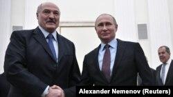 Александр Лукашенко (оң жақта) мен Владимир Путин қол алысып тұр.Мәскеу. 25 желтоқсан 2018 жыл