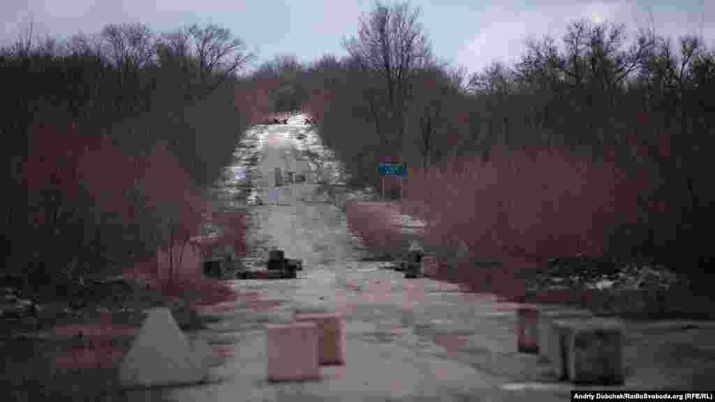 Відстань від КПВВ до перших позицій проросійських бойовиків близько 2 кілометрів (на фото – дорога до них). Наразі рух по цій ділянці не здійснюється ані автівками, ані пішоходами