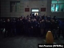 Сторонники Фаиля Алсынова у суда