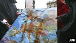 Члены молодежного движения с окровавленной картой Европы во время публичной акции протеста. Иллюстративное фото.