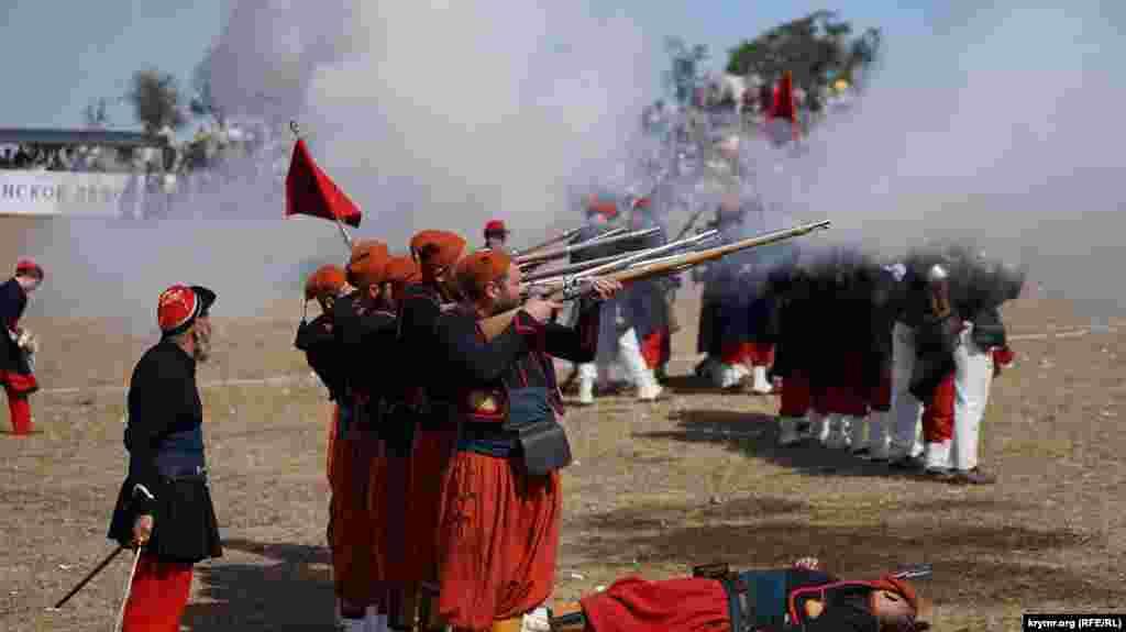 Огонь ведет зуавский полк – алжирские стрелки. До Крымской войны они воевали исключительно в Северной Африке. Считался спецназом тогдашней французской армии