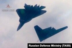 بهتازگی تصاویری از پرواز پهپاد روسی در کنار سوخو ۵۷ روسیه منتشر شده است
