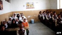 دانشآموزان افغان در کلاسی در اردوگاه پناهندگان در جنوبغرب تهران