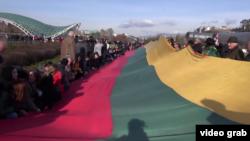 Сегодня в Тбилиси проходила акция, приуроченная ко Дню защитника Литвы. Президент Грузии Георгий Маргвелашвили и спикер парламента Давид Усупашвили со своими соратниками растянули на площади Рике двухсотметровый флаг этого балтийского государства
