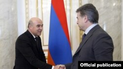 Премьер-министр Армении Карен Карапетян (справа) и министр энергетики Туркменистана Чарымырат Пурчеков, Ереван, 15 марта 2017 г.