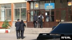 Парадный вход в школу № 37. Астана, сентябрь 2009 года.