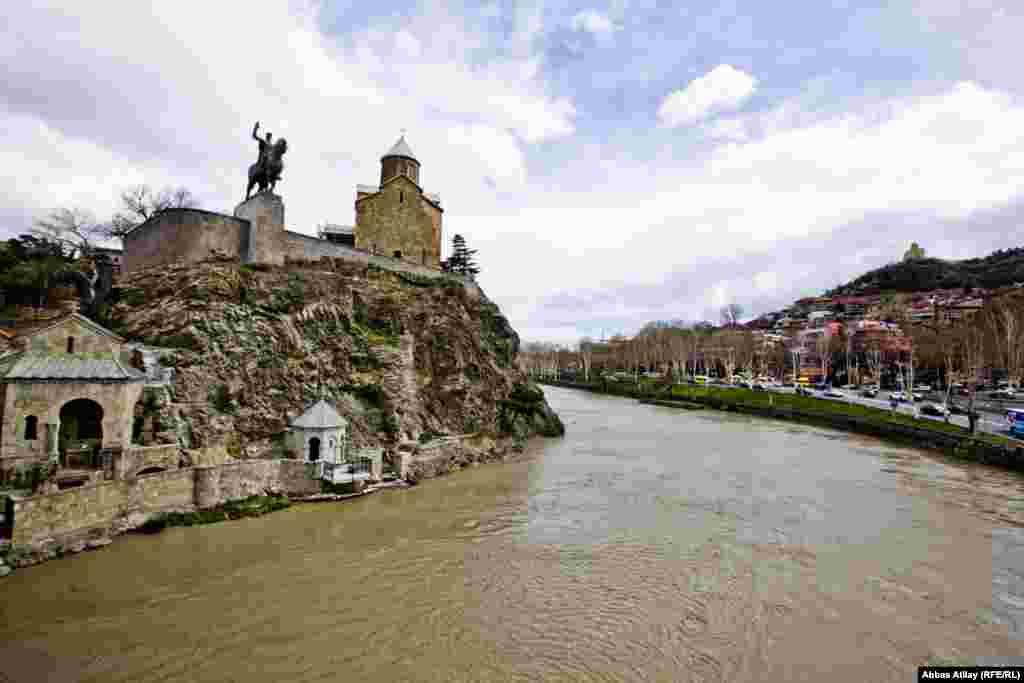 Rijeka Kura dijeli grad na dvije strane.