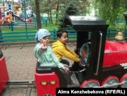 Демалыс паркінде жүрген балалар. Алматы, 1 маусым 2014 жыл.