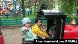 Дети в парке развлечений и отдыха города Алматы. 1 июня 2014 года.