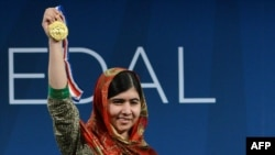 Malala Yousafzai receives the 2014 Liberty Medal at the National Constitution Center in Philadelphia, Pennsylvania on October 21, 2014.