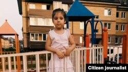 Полиция увезла 6-летнюю Рухшону за то, что девочка якобы гуляла на улице без сопровождения взрослых.