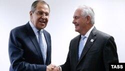 Pamje nga takimi i sotëm Lavrov (majtas) - Tillerson në Bon të Gjermanisë