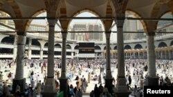 Pelegrinët myslimanë në Xhaminë e Madhe në Mekë gjatë haxhillëkut të sivjemë