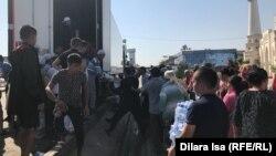 Выгрузка привезенных к мечети продуктов. Шымкент, 25 июня 2019 года.